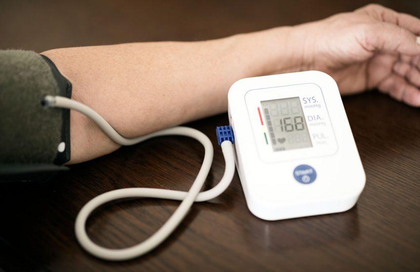 misurazione pressione arteriosa sfigmomanometro
